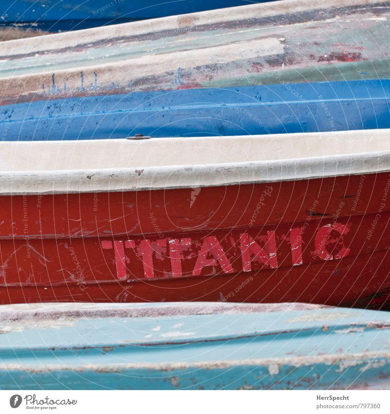 blauweißrot Schifffahrt Bootsfahrt Fischerboot Titanic untergehen Desaster Namensschild Wasserfahrzeug alt Rettung Kratzer abgeplatzt verkratzt Strand Meer