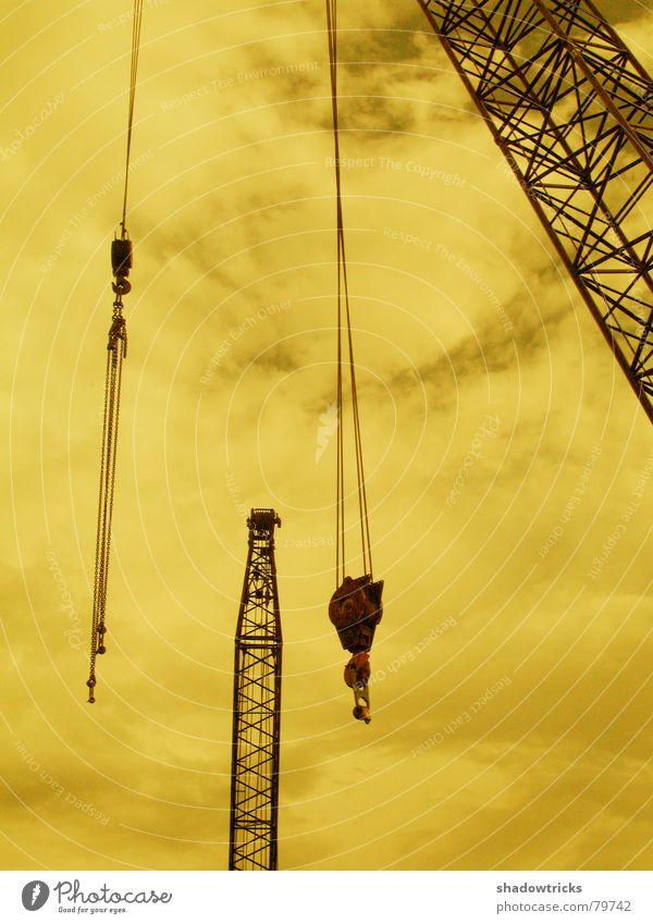 Bau Stille gelb Kran Demontage Baustelle Gewicht heben Wolken Stahl schwer Gitter Lastkran Hausbau Industrie Baugerüst Klettern hoch high bauen Himmel Wetter