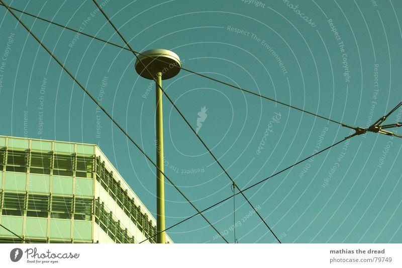 freistunde und gutes wetter = fotos machen schön Himmel blau Stadt Haus Lampe Berlin Fenster Gebäude Beleuchtung Glas Beton Verkehr Fassade Perspektive Ecke