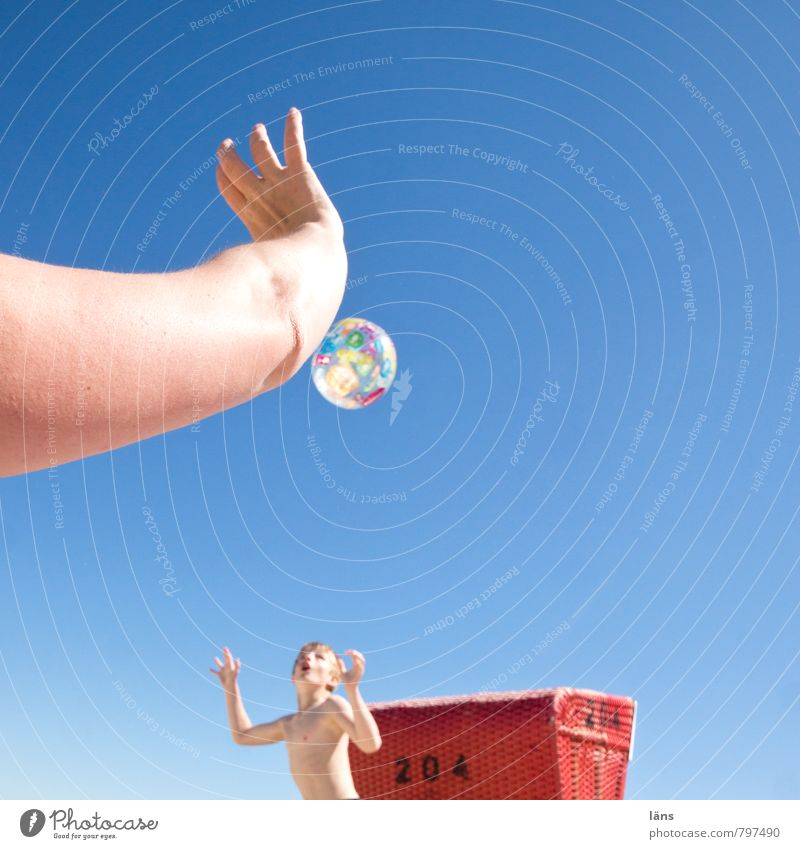 Strandspiel Spielen Sommer Ball Junge Frau Erwachsene Mutter Kindheit Arme 2 Mensch 8-13 Jahre Wolkenloser Himmel Schönes Wetter Küste Ostsee beobachten