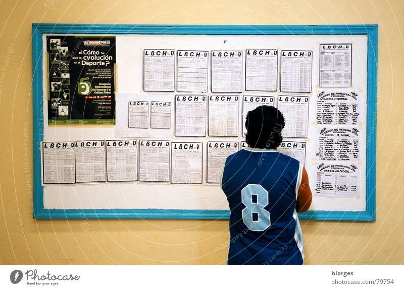 nächster Spieltag Mann gelb Wand Spielen warten Erfolg Bekleidung Suche Junger Mann Tafel türkis Langeweile verloren 8 Anordnung schwarzhaarig