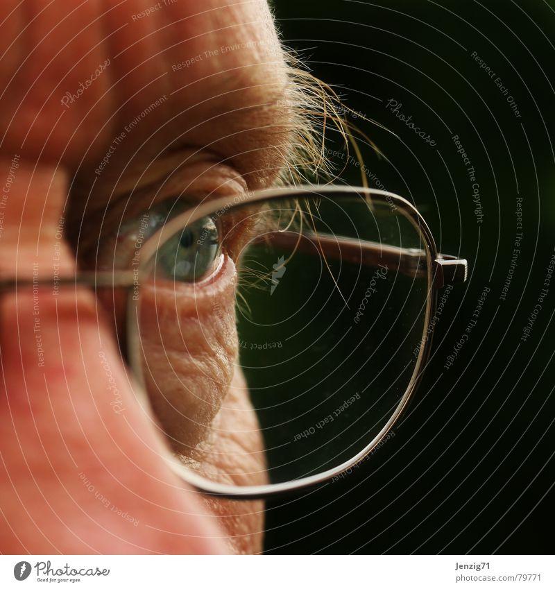 Scharfblick. Mann Gesicht Auge Glas Perspektive Brille beobachten entdecken Publikum Linse Pupille fixieren Sehvermögen Zeuge