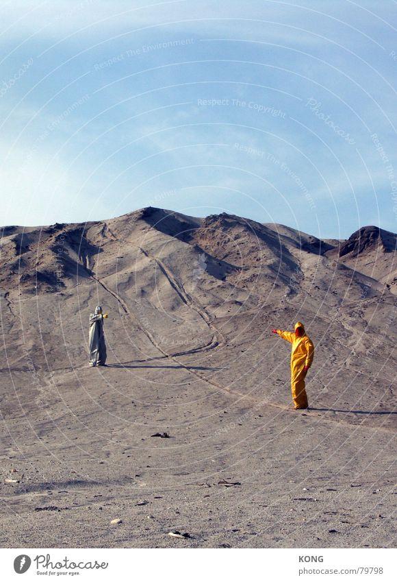 grau™ zeigt gelb™ zeigt grau™ Himmel Erde Kommunizieren Bodenbelag Wüste Maske Hügel Anzug Langeweile Surrealismus Karnevalskostüm zeigen Ödland Präsentation