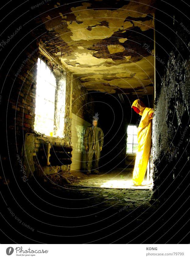 gelb™ gets enlightend Sonne Sommer Einsamkeit Wand grau Mauer hell Wohnung Fabrik verfaulen Maske Vergänglichkeit Vertrauen verfallen Anzug