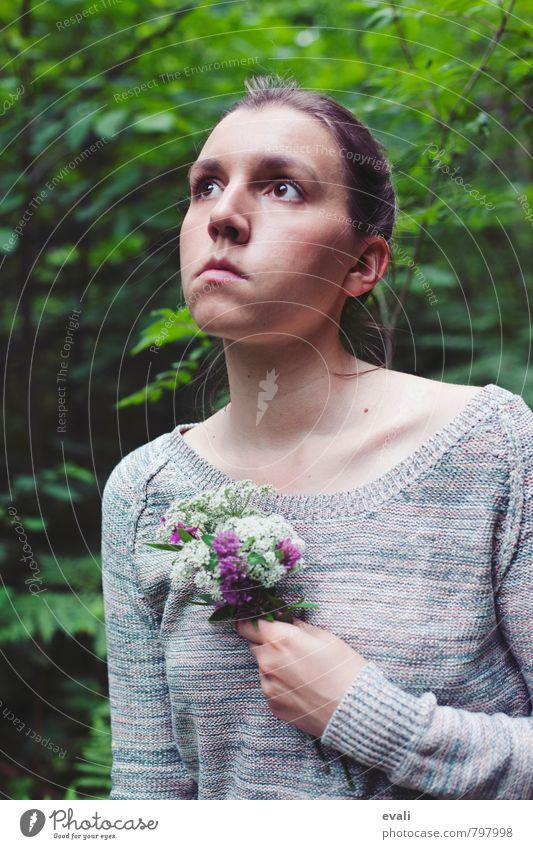 Blumen für die Seele feminin Junge Frau Jugendliche Erwachsene Gesicht 1 Mensch 13-18 Jahre Kind 18-30 Jahre Natur Frühling Sommer Blumenstrauß Wiesenblume Wald
