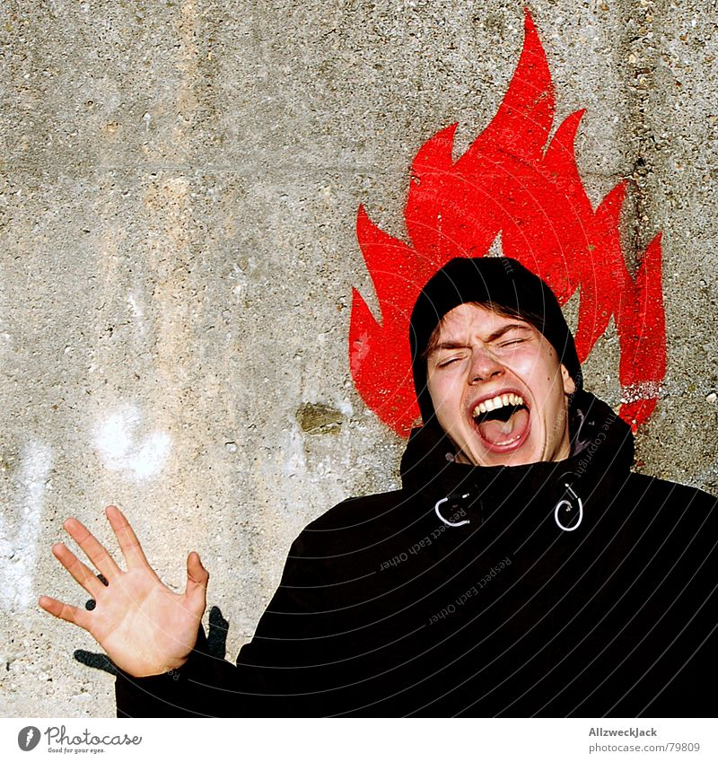 Pumuckl letzter Akt Ausruf Kopfschmerzen Mensch Schreihals Mann Wand Mauer Symbole & Metaphern schreien anzünden Hand rot Porträt Brand Junger Mann zündeln
