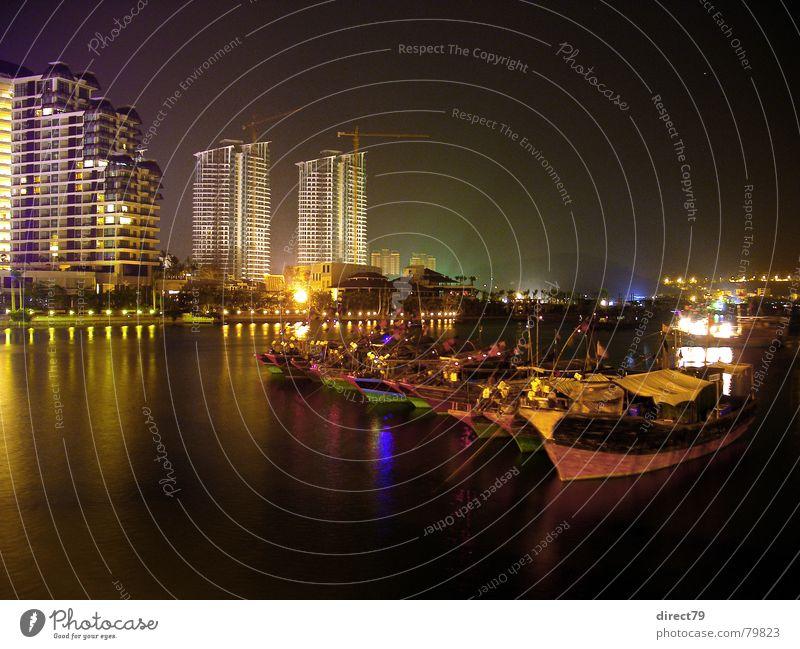 Hafen von Sanya bei Nacht Fischerboot Anlegestelle Wasserfahrzeug Hochhaus Stadt dunkel China Farbenspiel Chinesisch Stadtzentrum Liegeplatz Hainan ruhig Asien