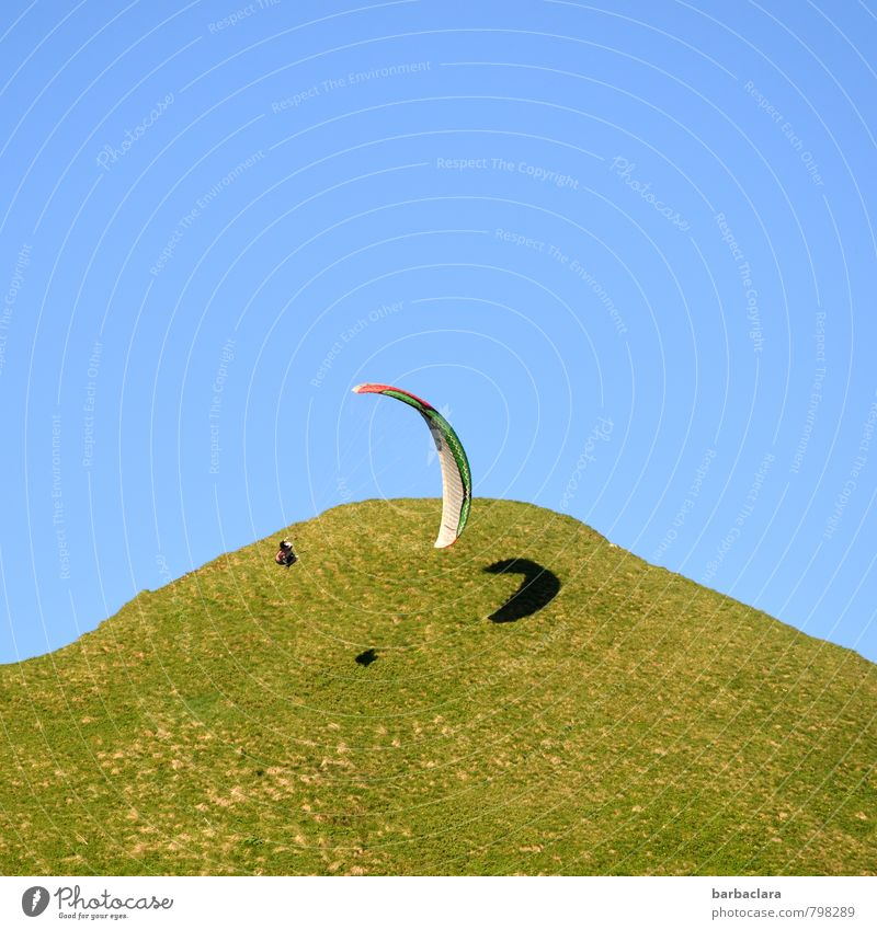 hoch hinaus l und rund um die Welt Sport Gleitschirmfliegen Mensch 1 Natur Landschaft Erde Luft Himmel Sommer Schönes Wetter Wiese Hügel Berge u. Gebirge