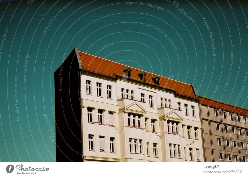 POOR LONESOME HOMEBOY Schweben einzeln Reihenhaus grün Kondensstreifen leer Haus beige weich türkis Einsamkeit flach Spree Außenaufnahme Berlin Häusliches Leben