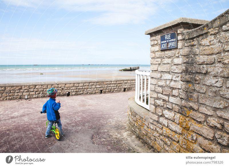 rundherum Mensch Kind Ferien & Urlaub & Reisen blau Sommer Meer Strand Ferne Umwelt Mauer Horizont maskulin Freizeit & Hobby Schilder & Markierungen Fahrrad