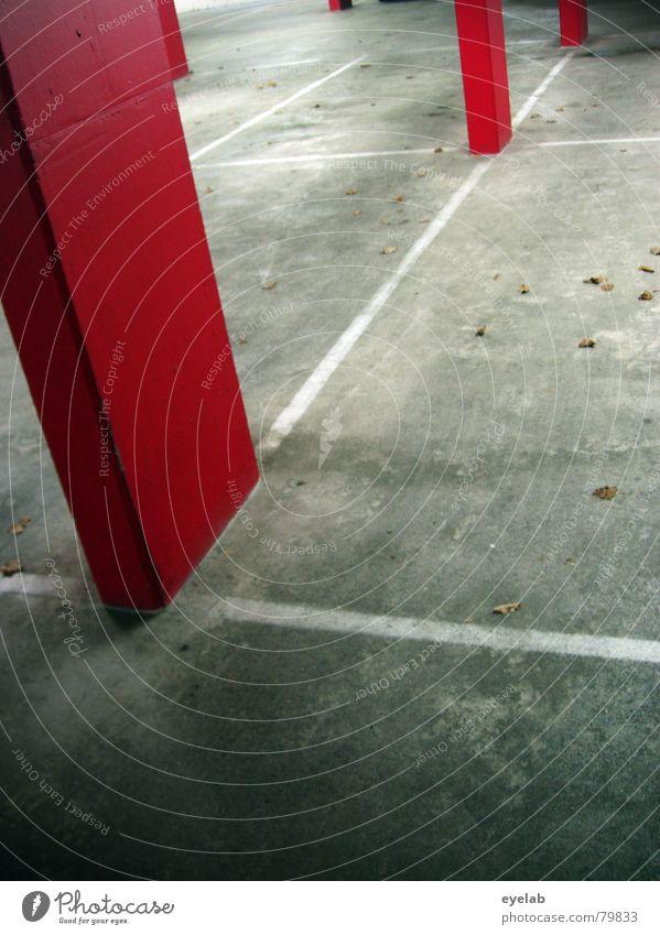 Der Weihnachtsmann ist schon unterwegs ! besetzen Parkhaus Säule rot grau Beton Herbst Blatt leer Hoffnung Sehnsucht Architektur Sicherheit unterirdisch