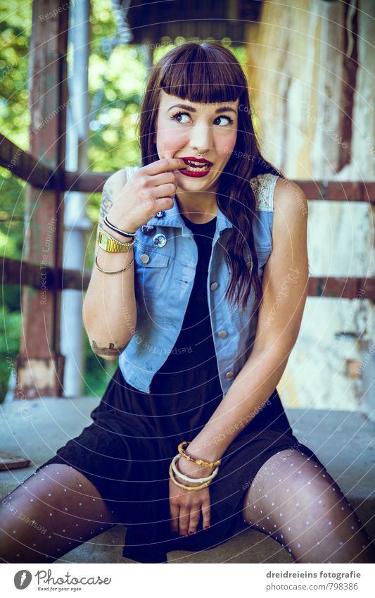 ... uuuups... Mensch feminin Junge Frau Jugendliche Erwachsene 1 Kleid Weste brünett langhaarig sitzen frech verrückt Überraschung Uhr Lippenstift Rockabilly