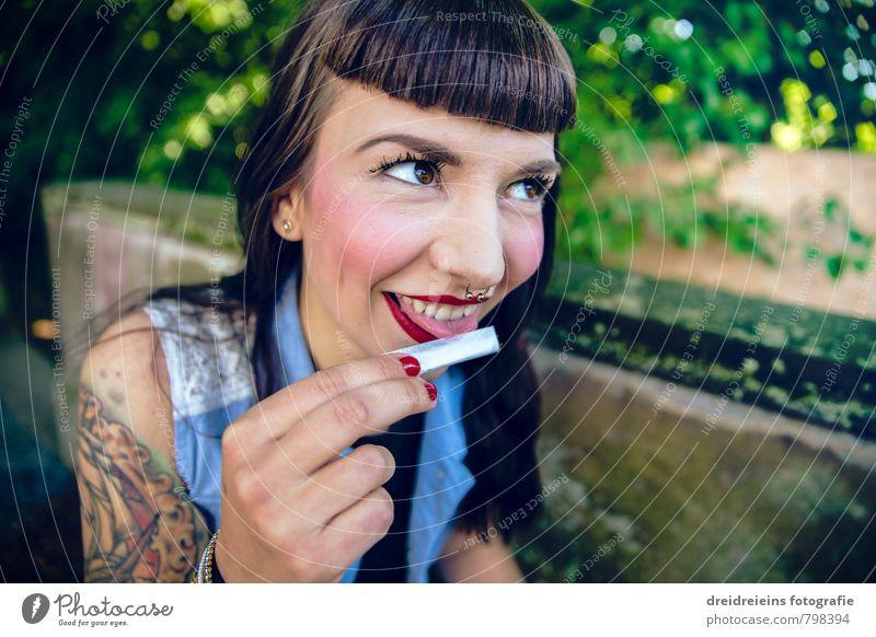 Let's roll 'n smoke Mensch Frau Jugendliche Junge Frau Freude Erwachsene feminin Mauer Glück Fröhlichkeit Lächeln Schönes Wetter Freundlichkeit Tattoo Rauchen langhaarig