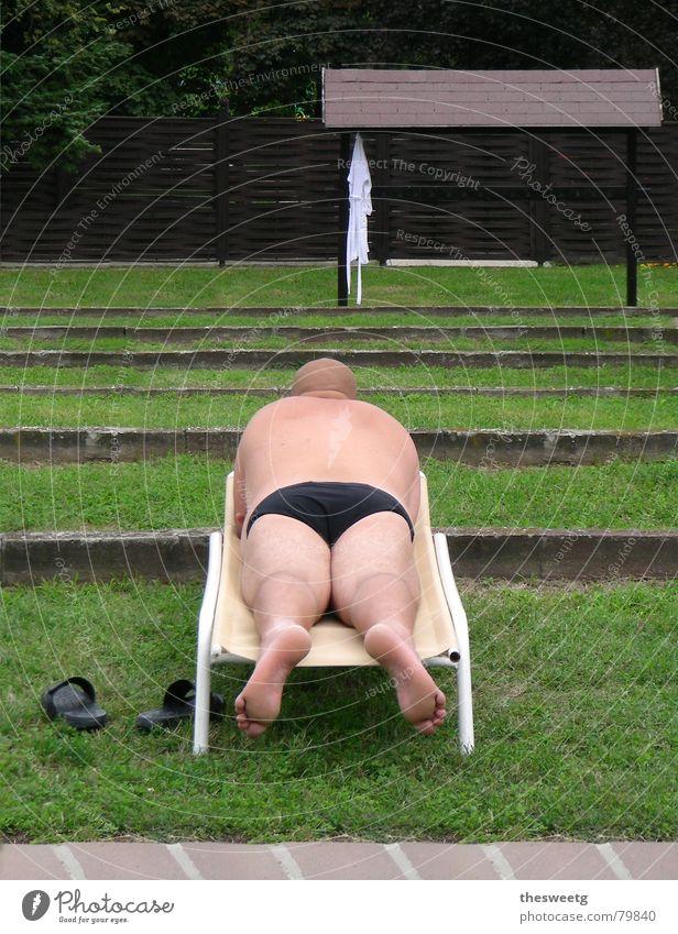 Auch ein Rücken kann entzücken. Mensch Mann schön Freude Einsamkeit liegen Rücken groß mehrere Kraft rund Gesäß Liege Rasen Wellness Hinterteil