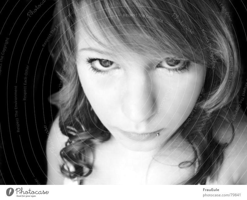 Engelsblick? Schwarzweißfoto Innenaufnahme Licht Vorderansicht Blick in die Kamera Lampe Junge Frau Jugendliche Schönes Wetter Locken glänzend Freundlichkeit