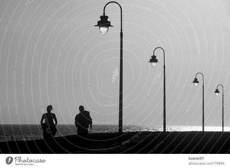 walking sprechen OK Meer Verkehrswege du und ich ich liebe stromausfall Liebe Schwarzweißfoto