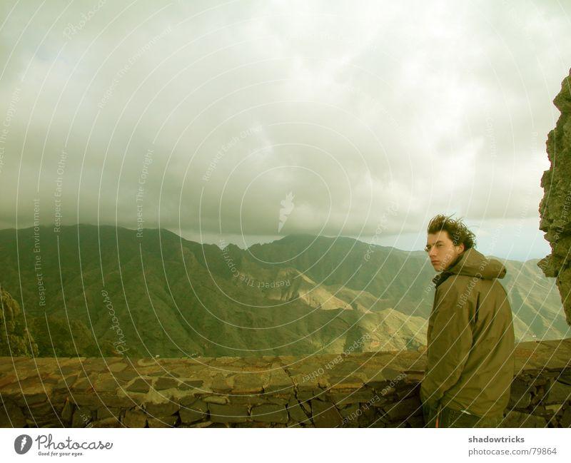 """""""Ein Fremder kommt..."""" oder """"Skepsis"""" Afrika reisend Gomera Ferne grün Wolken Jacke Wind Mauer Feld Aussicht Regen Sturm Fragen Porträt frieren gelb stehen"""