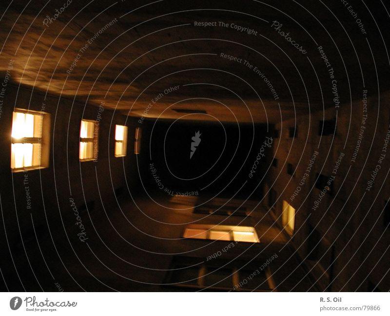 Häusliche Wärme Licht Stadthaus Nacht dunkel Fenster Flur Innenhof Bauernhof Berlin