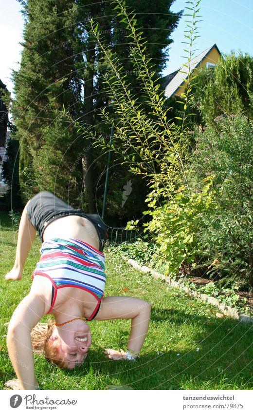 herumtollen im garten Baum Sommer Freude Wiese Bewegung Garten lachen Zufriedenheit Aktion Rasen Turnen Bauch umfallen Kopfstand Überschlag