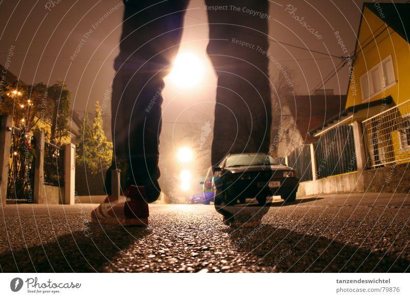 bei nacht und nebel (1) Straßenbeleuchtung Nebel Nacht Winter Langzeitbelichtung Schuhe Gasse Beton dunkel Fuß Beine Bodenbelag