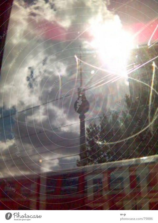 Fernsehturm schnelllebig blenden Wolken Stadt Geschwindigkeit unterwegs S-Bahn Außenaufnahme grell Berlin Berliner Fernsehturm Sonne Fensterscheibe hell