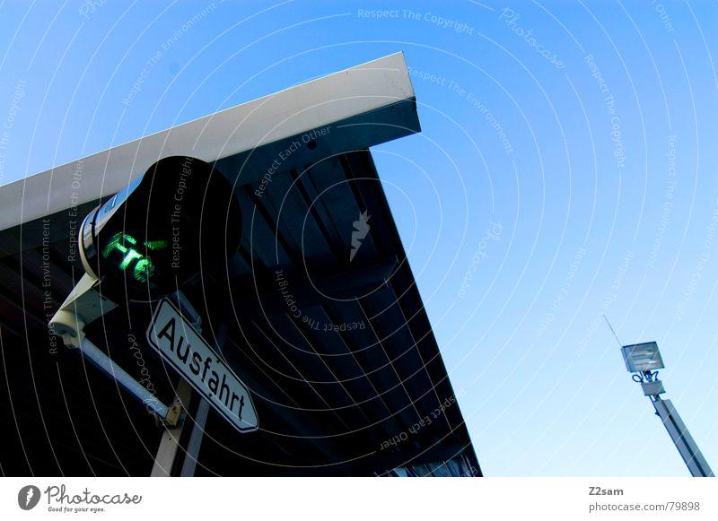 Ausfahrt frei II Haus Gebäude Dach Dreieck unten Froschperspektive Richtung Ampel grün Verkehr Parkhaus Himmel Hinweisschild ausfahrt frei free Spitze Ecke