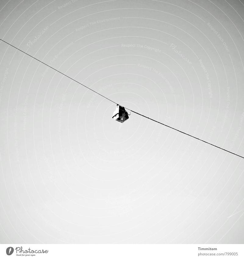 Textfreiraum | Abends beleuchtet. Himmel Lampe Straßenbeleuchtung Drahtseil hängen ästhetisch authentisch einfach grau schwarz Gefühle Klarheit Schwarzweißfoto