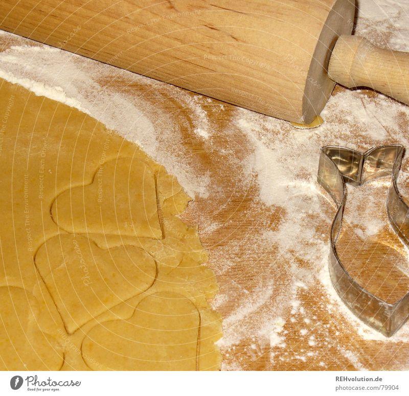 Weihnachtsbäckerei 1 Nudelholz ausrollen Plätzchen stechen Teigwaren Mehl süß lecker Weihnachten & Advent Backwaren Winter Herz Freude fest der liebe genießen