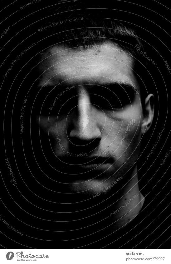 schattenwelt aussetzen dunkel Mann Licht gefährlich Angst Schattendasein verdunkeln in lebensgefahr sein Gesicht Ohr hell Silhouette bedrohlich Schwarzweißfoto