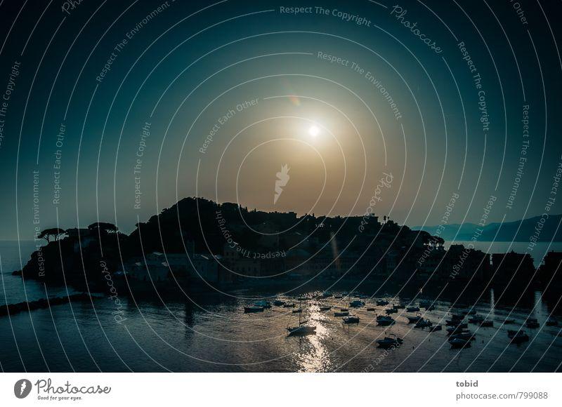 Kontraste Himmel Ferien & Urlaub & Reisen blau Wasser Sonne Baum Meer Landschaft Haus schwarz dunkel kalt Küste Insel Schönes Wetter Hügel
