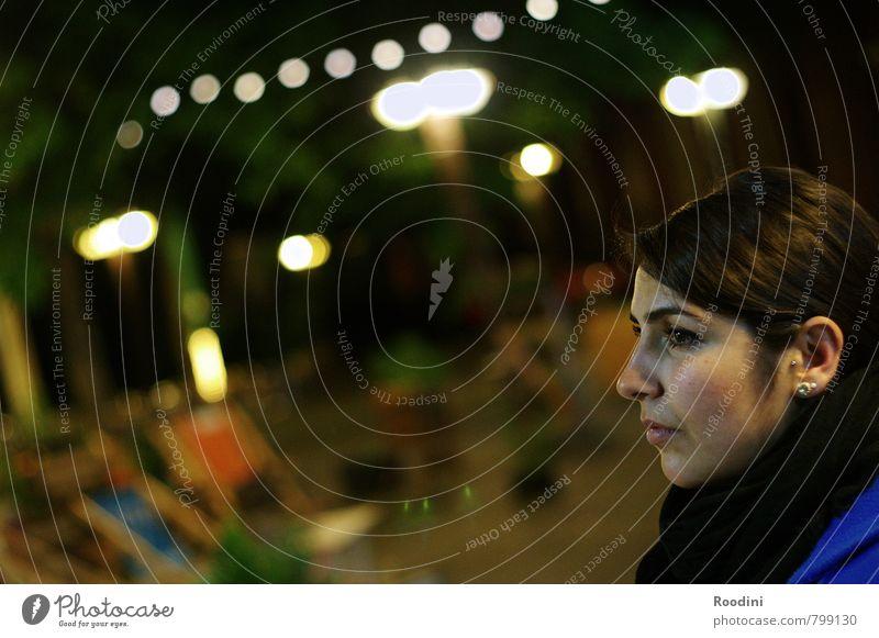 Midnight in wonderland Mensch Frau Jugendliche Stadt Junge Frau 18-30 Jahre Gesicht Erwachsene Auge Traurigkeit feminin Denken Kopf Stimmung träumen glänzend