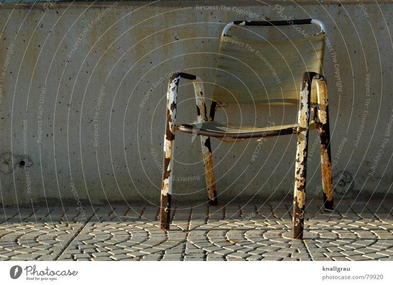 Take a seat alt Farbe Einsamkeit Tod Wand Mauer Traurigkeit springen Beine Metall braun sitzen dreckig Armut frei leer