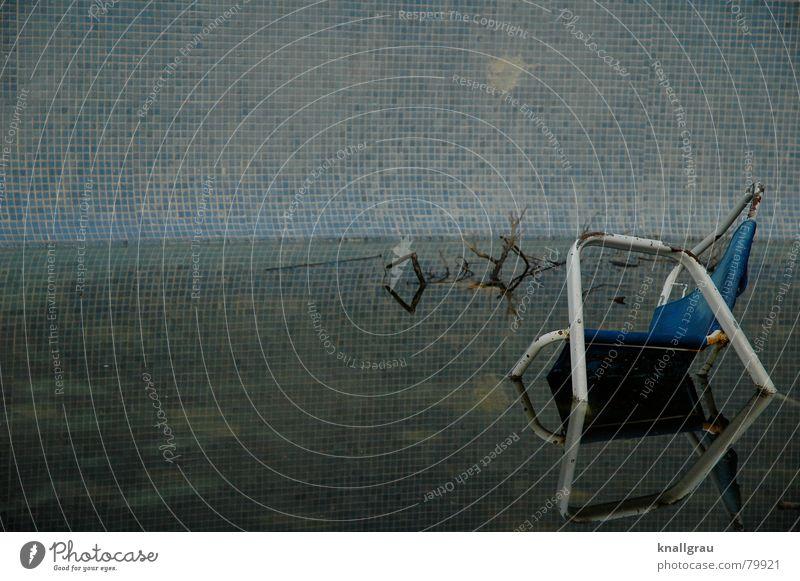 Swimming Chair blau alt Wasser Farbe Einsamkeit Tod Wand Holz Mauer Traurigkeit Stein springen Beine Metall sitzen dreckig