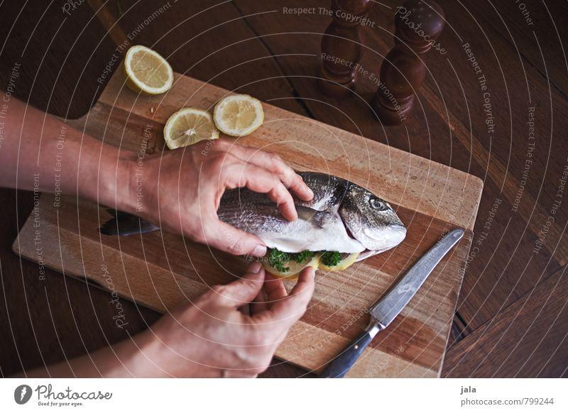 dorade Hand Gesunde Ernährung feminin natürlich Gesundheit Lebensmittel frisch Fisch lecker Messer Mittagessen Zitrone Schneidebrett Holztisch