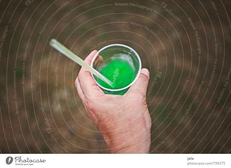 slush Getränk Erfrischungsgetränk Limonade Slush Becher Trinkhalm feminin Hand lecker süß trashig grün Durst haltend Farbfoto Außenaufnahme Textfreiraum links