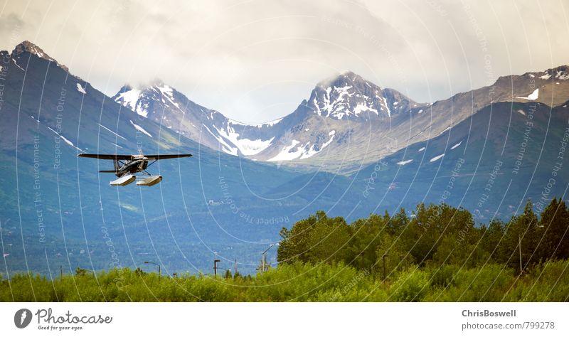 Bush-Flugzeug kommt zur Landung am Mountain Airport. Freizeit & Hobby Ferien & Urlaub & Reisen Abenteuer Sightseeing Schnee Berge u. Gebirge Pilot