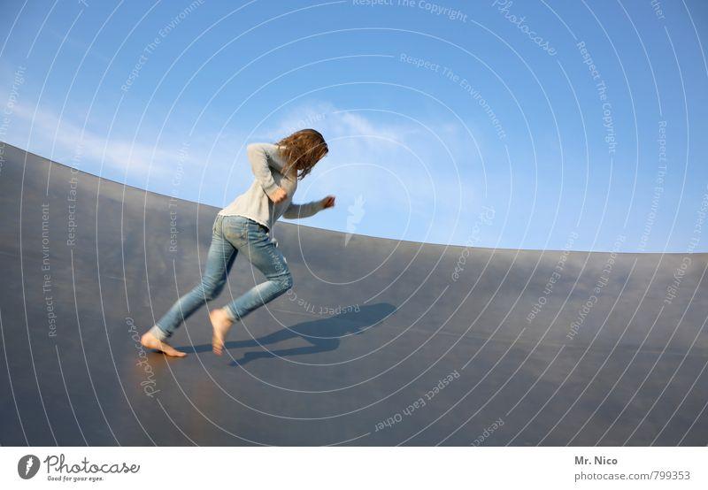 beweGen Lifestyle Freizeit & Hobby Halfpipe feminin Mädchen 1 Mensch Himmel Sommer Schönes Wetter Bauwerk Mauer Wand Jeanshose langhaarig laufen Freude