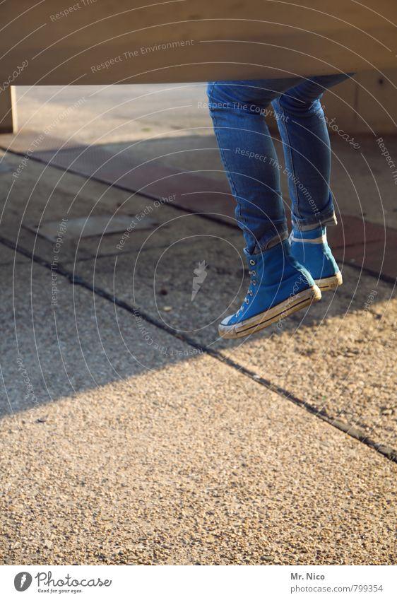 rumbaumeln Lifestyle Wohlgefühl Erholung feminin Mädchen Beine Fuß Industrieanlage Platz Brücke Spielplatz Bauwerk Gebäude Architektur Mauer Wand Jeanshose