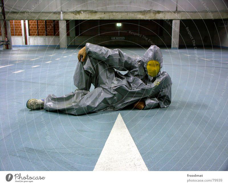 grau™ - possiert Parkhaus gelb grau-gelb Anzug Gummi Kunst dumm sinnlos ungefährlich verrückt lustig Freude Reifenspuren Kunsthandwerk abstrakt Pfeil Spitze