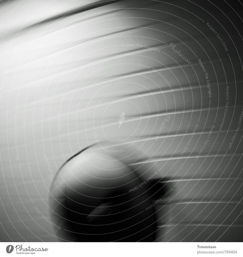 Drinkin`Wine Decke Deckenlampe Holzdecke Licht drehen Blick ästhetisch bedrohlich dunkel authentisch grau schwarz weiß Gefühle Unschärfe unklar Schwarzweißfoto