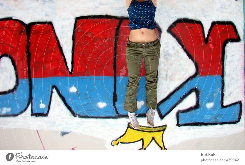 Der King blau rot Graffiti Wand Beine Fuß Schuhe stehen T-Shirt streichen festhalten Gemälde hängen Baumkrone Bauch König