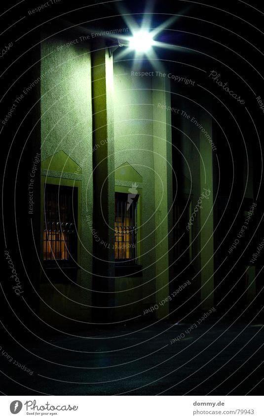 sportheim Haus Gebäude Nacht lang Fenster grün Laterne Dreieck Glühbirne Straßenbeleuchtung Langzeitbelichtung hoch alt Glas