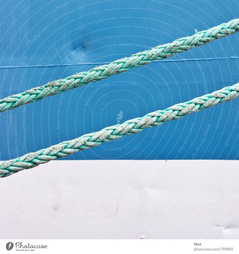 doppelt hält besser blau weiß Wasserfahrzeug Verkehr Seil festhalten Hafen stoppen Schifffahrt Stahl diagonal stagnierend Verkehrsmittel maritim gespannt