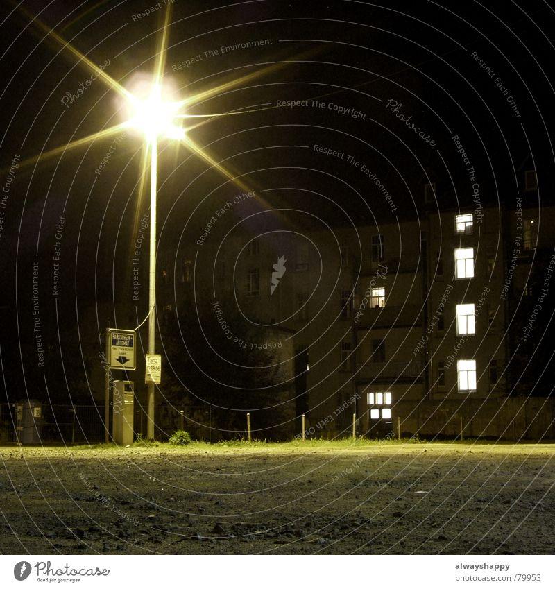 Beschaffungskriminalität dunkel Laterne Parkplatz Haus Licht schwarz Lampe Langzeitbelichtung gefährlich parkscheinautomat alles ruhig keiner da lichtscheu