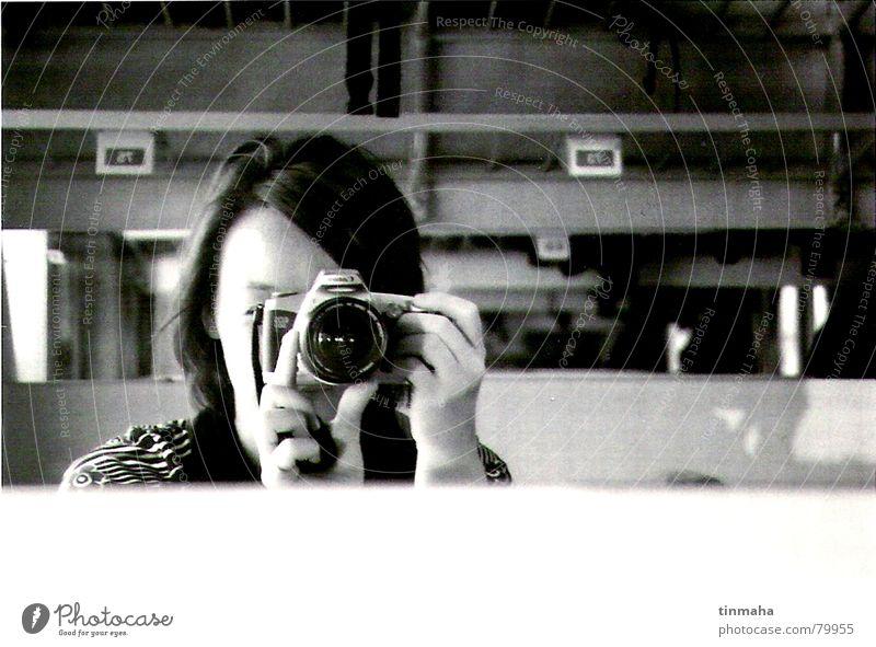 self-portrait Fotografieren Eisenbahn Spiegel Spiegelbild Freizeit & Hobby Selbstportrait ein foto machen ablichten Zugabteil Schwarzweißfoto selbstbildnis