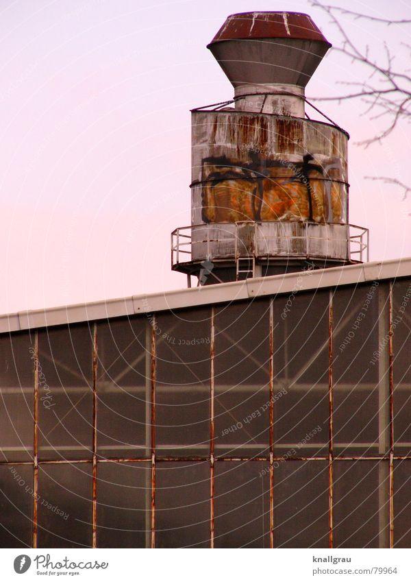 Rostig industriell herausragen Empore ausgebleicht Verstrebung nutzlos Verschiedenheit Einseitigkeit Dachschräge Graffiti Industriebetrieb rund Fassade Fenster