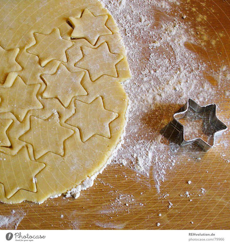 Weihnachtsbäckerei 4 Weihnachten & Advent Freude Winter genießen Kochen & Garen & Backen süß Stern (Symbol) lecker Backwaren Teigwaren roh Plätzchen Mehl stechen Ausstechform Plätzchen ausstechen