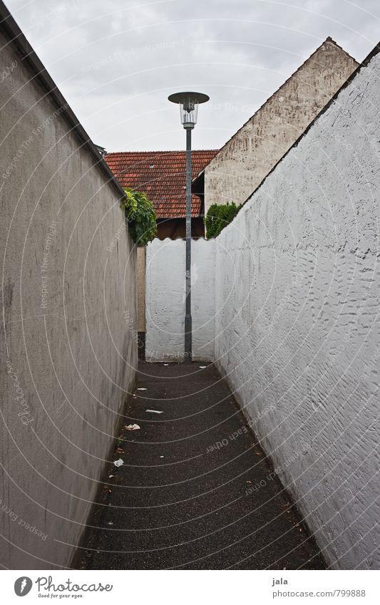 abkürzung Himmel Stadt Haus Wand Wege & Pfade Architektur Mauer Gebäude Fassade trist einfach Straßenbeleuchtung Bauwerk Platzangst Gasse eng