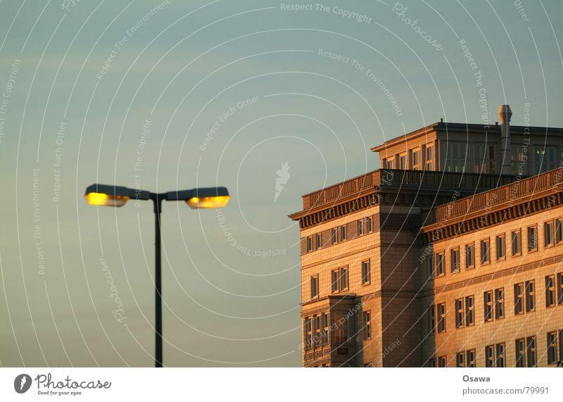 Stalinallee Himmel Haus Berlin Architektur Gebäude Beleuchtung Wohnung Häusliches Leben Bauwerk Laterne Straßenbeleuchtung DDR Russland Plattenbau Moskau Friedrichshain
