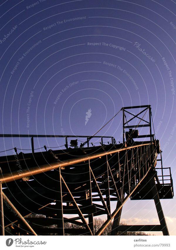 Ungeheuer aus Stahl Himmel blau Arbeit & Erwerbstätigkeit verrückt Industrie Technik & Technologie Baustelle Schnur diagonal Skelett Baugerüst Neigung